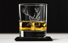 Whiskyglas mit Hirschgravur und Schieferuntersetzer